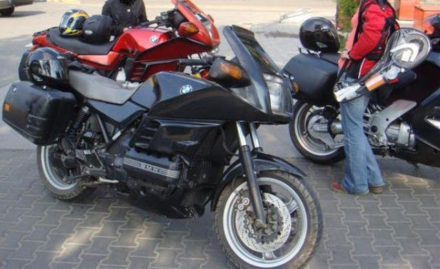 Panzerul meu, BMW K100 RS, 16 V (4 valves per cylinder), ABS, 1i (1.000 cmc, mai exact 987 cmc, injectie), in-line four cylinder ( 4 cilindrii in linie), four-stroke (4 timpi), DOHC, 101 CP, 250 km/h, 277 kg, 22 litri benzina, 3,75 litri ulei motor, 60.00
