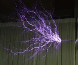 Tesla_coil_discharge.jpg